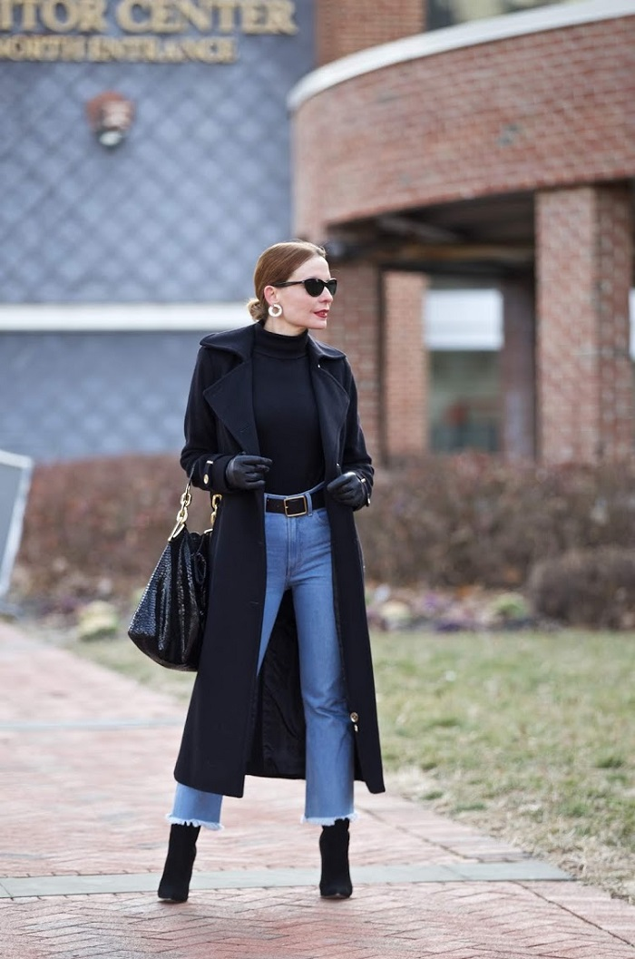 fashionblogger in jeans and black coat
