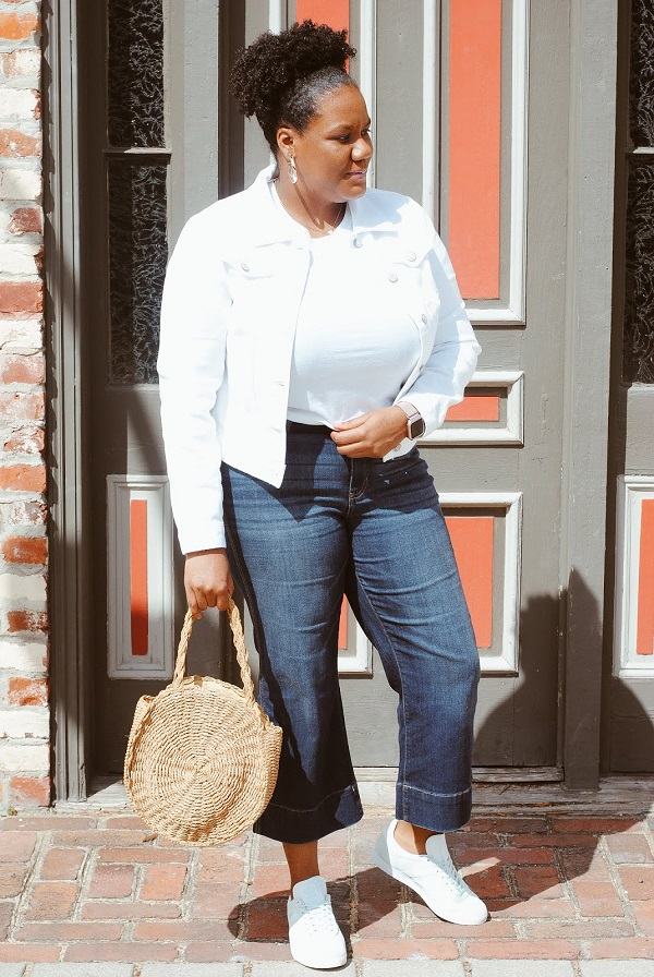 Fashion blogger in jeans