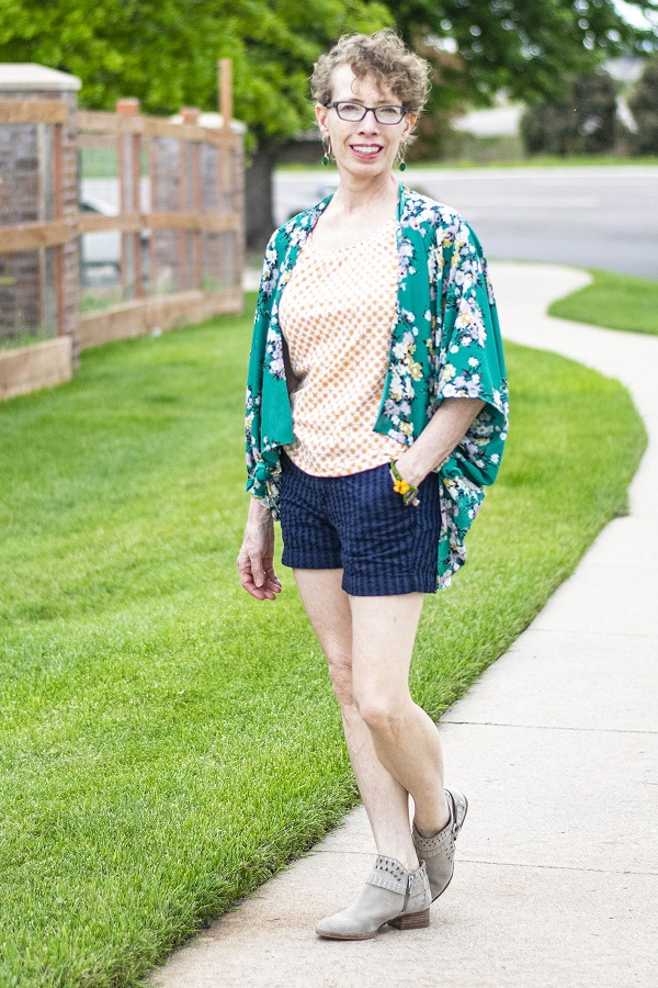 fashionblogger in shorts and kimono