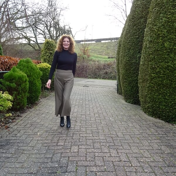 outfit with a black turtle neck and culotte