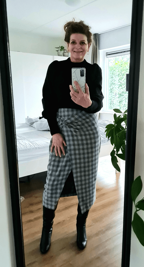 Checked skirt in grey with black boots