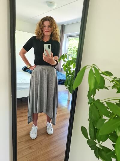 high low hem line skirt and white sneakers